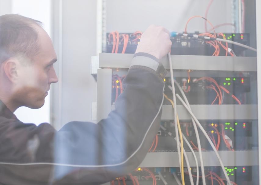 Pracownik wykonuje pomiar ochronny sieci