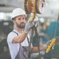 Pracownik zaczepia linę nahak dźwigu