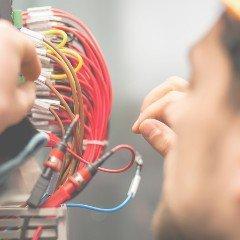 Pracownik robi przegląd instalacji elektrycznej